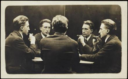 Marcel Duchamp, autor anónimo. Tomada en el Broadway Photo Shop, New York, 1917.