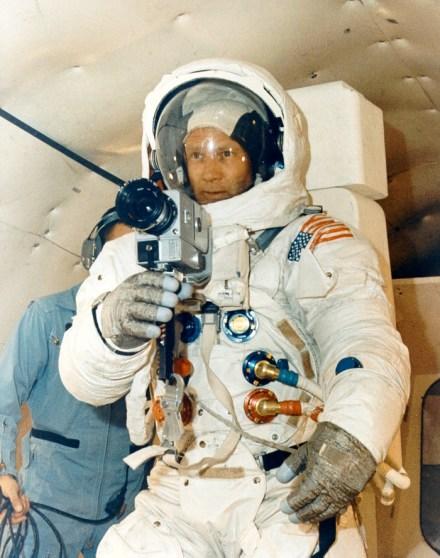 Buzz Aldrin practicando con la cámara montada en el pecho de su traje.