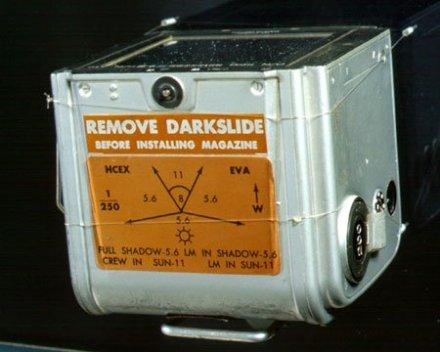 Respaldo cargado de película con las instrucciones para la exposición en sombra y sol sobre la Luna.