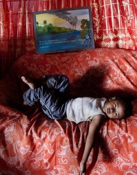Habitante de Nuevo Torno Largo, comunidad que vive frente una planta de Pemex, y dónde hay un índice muy elevado de cáncer infantil, entre otras anomalías de salud. @2013 Patricia Aridjis