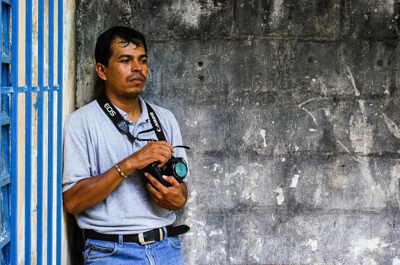 Jaime Ávalos posando con la Canon de Jaciel Cruz, mientras yo usaba su D100 para retratarlo. ©2003 Francisco Cubas