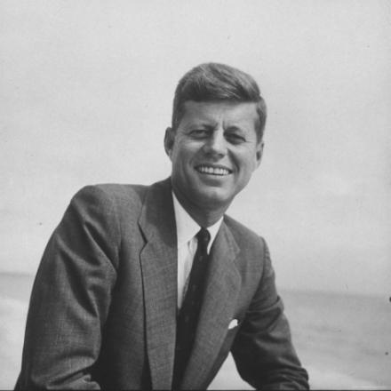 Kennedy sonriendo en campaña, 1957. ©Hank Walker