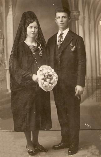Boda española de 1920, el blanco ya era la moda internacional, pero no todas las novias podían costearlo.