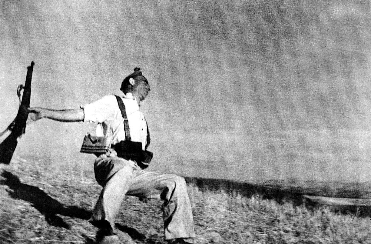 Miliciano caído en el frente. Robert Capa, 1936.