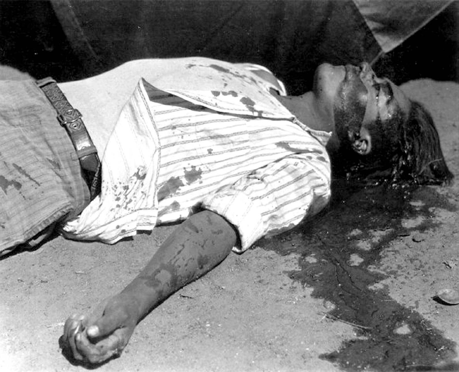 Obrero en huelga asesinado, Manuel Álvarez Bravo, 1934. El mayor precedente del cadáver como foto de autor en México.